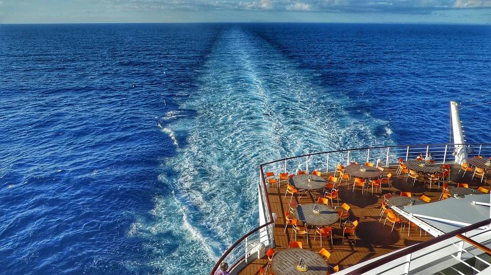 płynący statek
